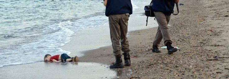 Migranti, l'orrore del bimbo morto annegato: il cadavere in spiaggia, la foto choc sul web