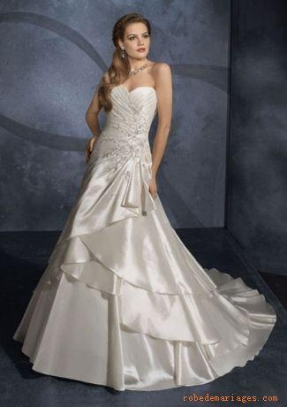 Robe A-ligne  en Taffetasss ornée de plis asymétriques et de jolis appliques  Robe de mariée de nouveauté
