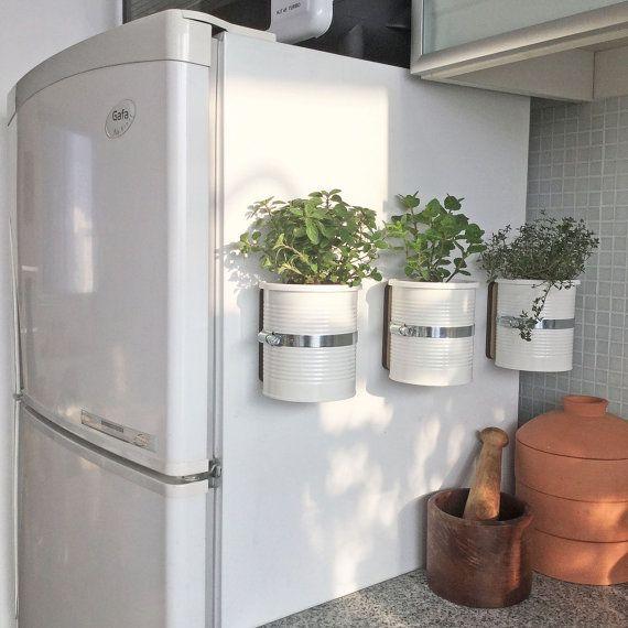 Une idée géniale pour avoir les herbes aromatiques à portée de main, même dans une petite cuisine, en installant ces pots magnétiques sur le côté du frigo.