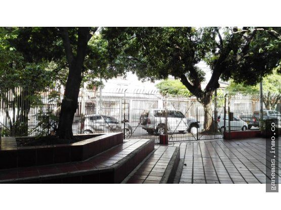 SE VENDE EDIFICIO EN EL BARRIO TEMPLETE-CALI  Es un edificio de 3 y 2 pisos, cuenta con 18 salones de diferentesÁreas, 7 oficinas, 12 baños, auditorio para 200 personas, salón de lectura,Laboratorios