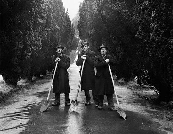 Gravediggers, Dublin, Evelyn Hofer