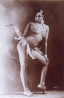 Joséphine Baker et son célèbre pagne (1926-1927). née Freda Josephine McDonald le 3 juin 1906 à Saint-Louis (Missouri) et morte le 12 avril 1975 dans le 13e arrondissement de Paris, est une chanteuse, danseuse et meneuse de revue. D'origine métissée afro-américaine et amérindienne des Appalaches, elle est souvent considérée comme la première star noire.