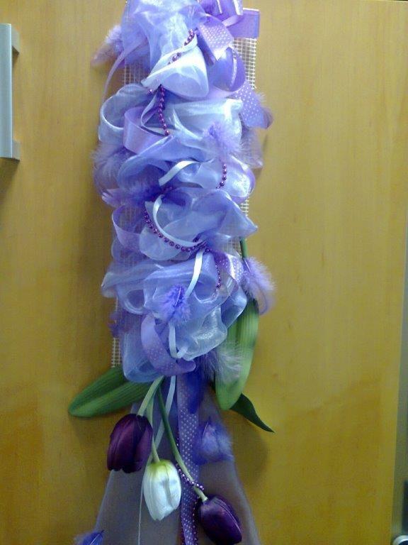 fialová organza a tulipány