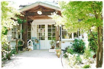 ヨーロッパの田舎にありそうな森の中に佇む一軒家カフェは、地元でも評判のお店だそうです。