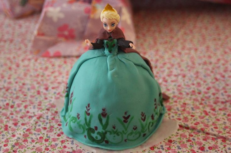 elsa princess doll cake from disney movie frozen gateau princesse elsa du film disney la reine. Black Bedroom Furniture Sets. Home Design Ideas