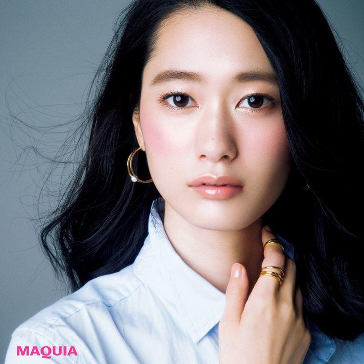 """「MAQUIA」10月号では、誰もが持っている美人印象を高める""""ツヤメイク""""のポイントを、顔悩みごとに紹介中。余白が気になる部分にツヤをプラスするだけで、ガラッと印象顔に!教えてくれたのはメイクアップアーティスト CHIHARUさん元..."""