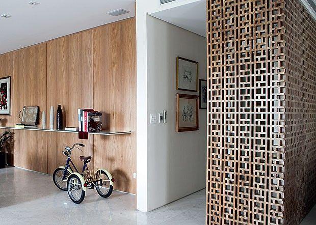 O projeto do escritório Sá e Cioni ganhou painel em L feito de muxarabi, camuflando o lavabo. Segundo o designer de interiores, Gil Cioni, e...