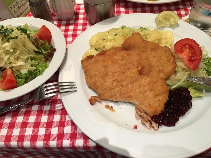 Schnitzel mit Kartoffelsalat und Salatbeilage in der Alt Berliner Weißbierstube in Berlin. Lust Restaurants zu testen und Bewirtungskosten zurück erstatten lassen? https://www.testando.de/so-funktionierts