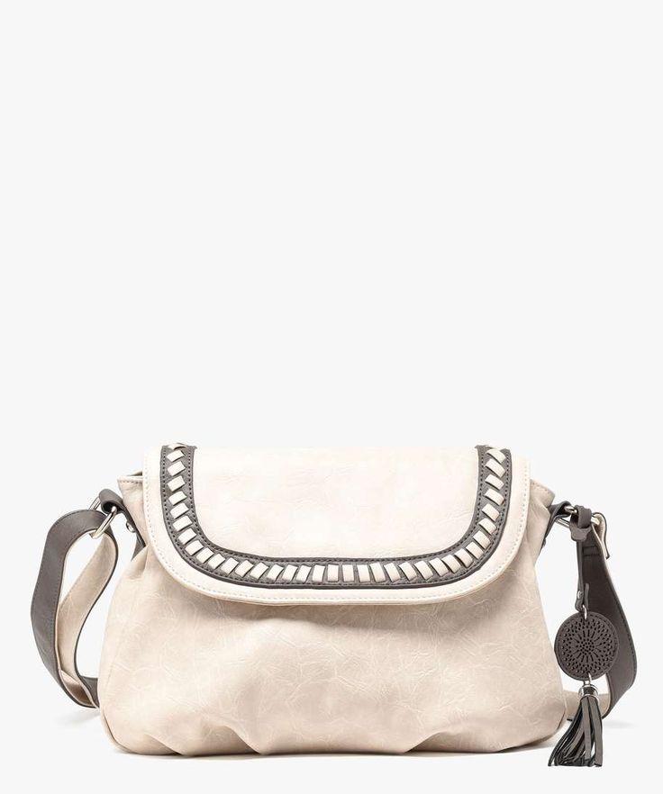 <p>Avec ses détails tressés sur son rabat, ce sac bandoulière femme a de l'allure !</p> <p>Sac avec bandoulière réglable. 1 compartiment zippé avec 3 poches intérieures (dont 1 poche centrale zippée).</p> <p>22 x 27 cm</p>