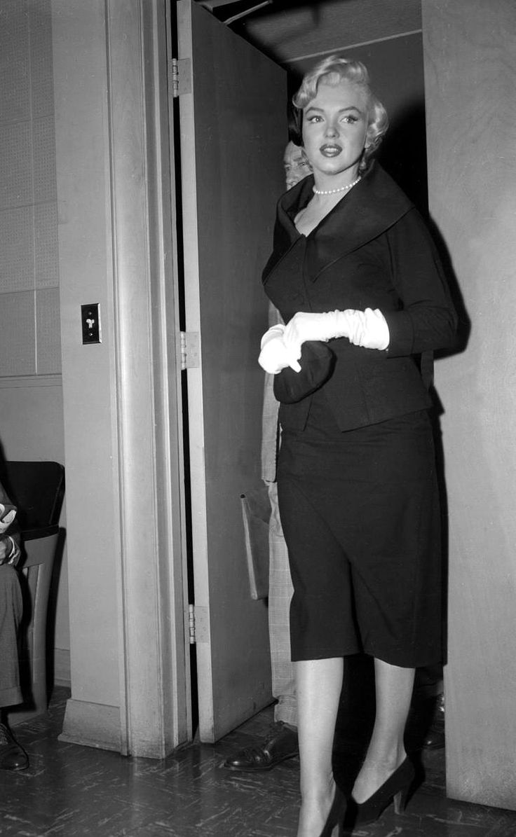 Marilyn monroe arriving in court to file for divorce from