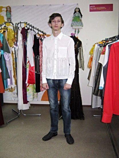 КЛАССИЧЕСКАЯ ПРИТАЛЕННАЯ МУЖСКАЯ РУБАШКА В гардеробе каждого мужчины обязательно должна присутствовать элегантная рубашка, сшитая из хлопка. Она приятна для тела, позволяет коже дышать, легко стирается и утюжится. Особенно модна приталенная модель. Такая рубашка хорошо подходит стройным мужчинам. Она сужается в области талии и подчёркивает широкие плечи. Приталенные рубашки делятся на два типа: обычной узкой формы (slim) и очень узкие (extra slim).   http://www.christinafee.net/mens-fashion