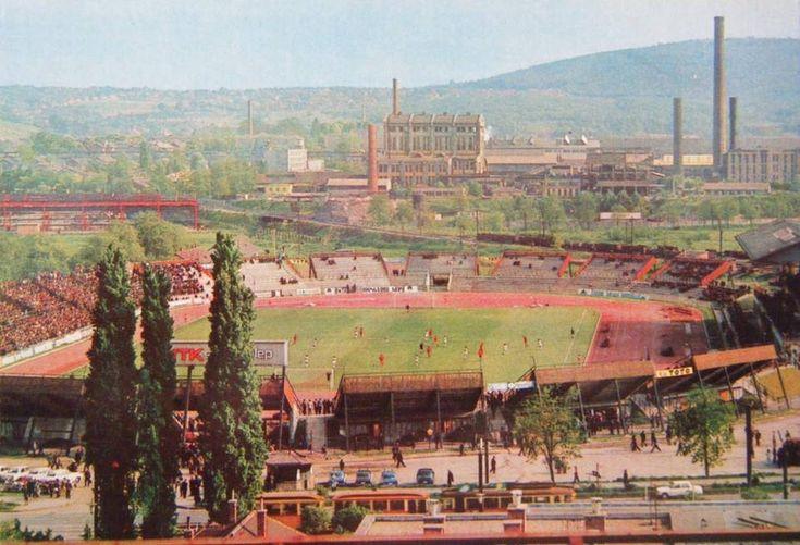 A háttérben a gyárban dolgoznak, robog a perecesi kisvasút, még régi villamosok járnak, közben a DVTK meccset játszik. 1970-ben készült a kép.