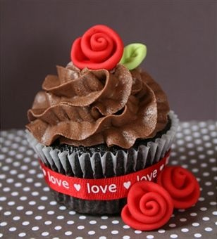 Romantic cupcakes, who would have thought - With a marzipan rose these would be…