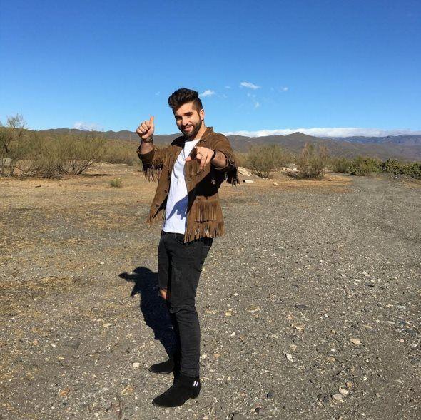 Après son duo avec Soprano, Kendji Girac enchaine déjà avec un quatrième single, Tu Y Yo, nouvel extrait de son second opus, Ensemble. L'album s'est vendu à plus de 500.000 exemplaires. L'artiste qui triomphe actuellement en tournée sera en mars 2017...