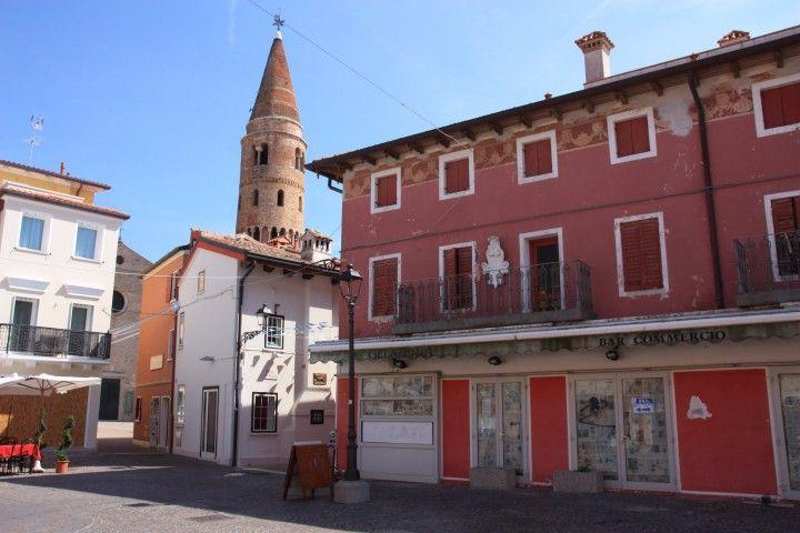 Blick auf den Glockenturm, das Wahrzeichen von #Caorle, Italien, Adria