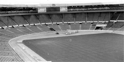 El [viejo] estadio de Wembley fue escenario de las finales de la Copa de Inglaterra (FA Cup) entre 1923 y 2000, estadio olímpico de Londres 1948 y sede de la Copa del Mundo 1966 y de la Eurocopa 1996. Cabe recordar que no era propiedad de ningún club o comuna, sino privado y se lo alquilaba para la organización de eventos. Durante mucho tiempo se lo denominó La gran trampa dada la invulnerabilidad que poseyó Inglaterra en él, donde se mantuvo invicto por casi 30 años desde su inauguración