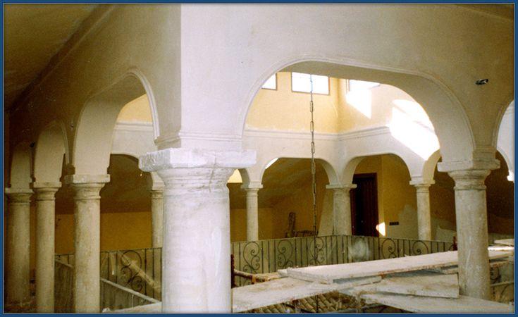 Patio andaluz arcos y columnas. Escayolistas Madrid. Decoraciones García.