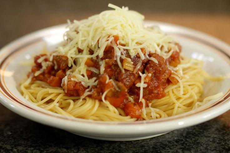 Spaghetti bolognaise hoeft Jeroen niet meer te introduceren. Waar de bolognaisesaus juist vandaan komt en hoe ze precies klaargemaakt wordt, is een ingewikkelde Italiaanse kwestie. Jeroen maakt dan ook de 'Westerse' versie, zoals wij ze kennen.