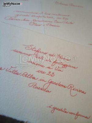 http://www.lemienozze.it/operatori-matrimonio/partecipazioni_e_tableau/fruitdamour-partecipazioni/media/foto/5 Partecipazioni di nozze con scritta calligrafica color rosso corallo.