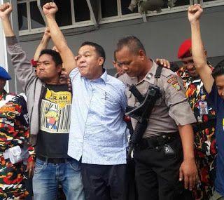 """Awalnya Pengikut Lalu Bersahabat Kini :""""Jempol Rakyat"""" Saudara Bagi Keluarga Ongen  Bebasnya Yulianus Ongen Drone Paonganan dari tuduhan menyebarkan foto pornografi oleh pihak Kepolisian dan Jaksa merupakan sebuah kemenangan atas sebuah kesewenang-wenangan dimana Ongen sendiri harus mendekam selama 97 hari di kurungan. Putusan sela Hakim Pengadilan Negeri Jakarta Selatan pada hari Selasa 10 Mei 2016 yang membebaskan Ongen disambut dengan luapan haru dan kegembiraan yang tidak terduga oleh…"""