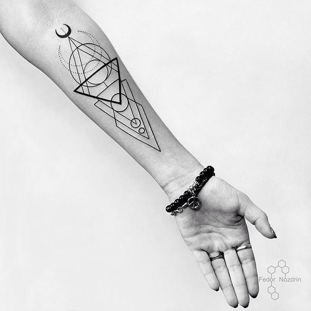 Geometric tattoo in Moscow. Tattoo on girl. Тату геометрия в Москве. Тату на девушке. #tattoo #geometric #linework #black #moon #fedornozdrin