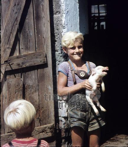 'Schwein gehabt' wesuw/Timeline Images #1958 #Ferkel #Bauernhof #Junge #Kindheit #Lederhose #Kinder
