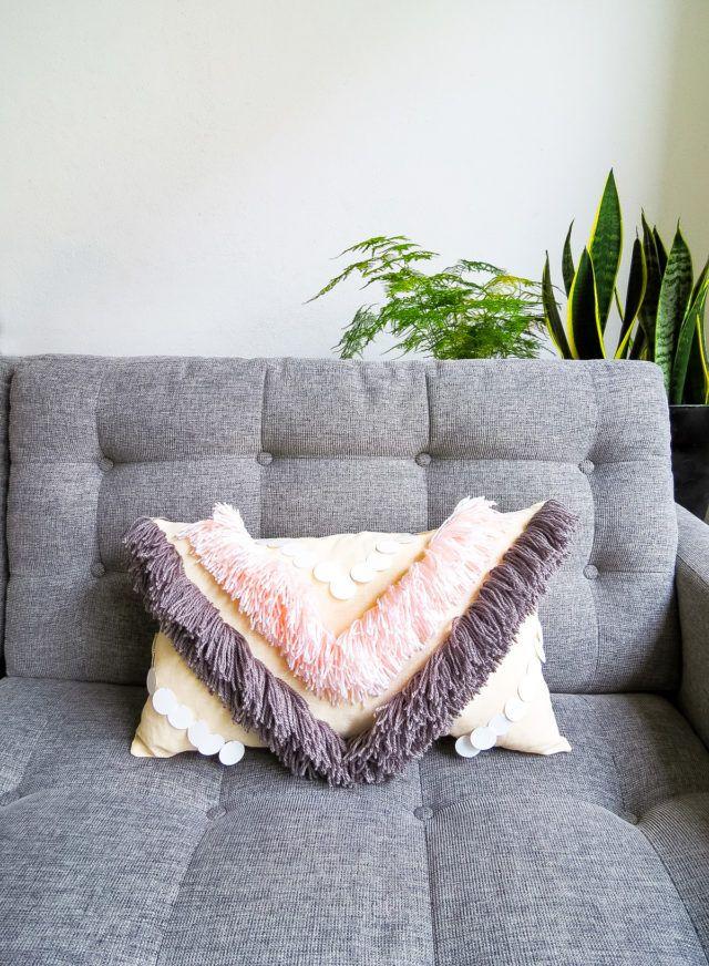 DIY Yarn Fringed Throw Pillow | Diy