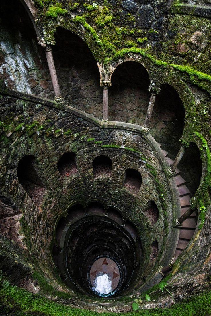 Escaleras de caracol en la Quinta de Regaleira en Portugal