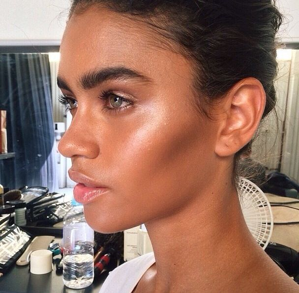Golden girl makeup with a nice bronze