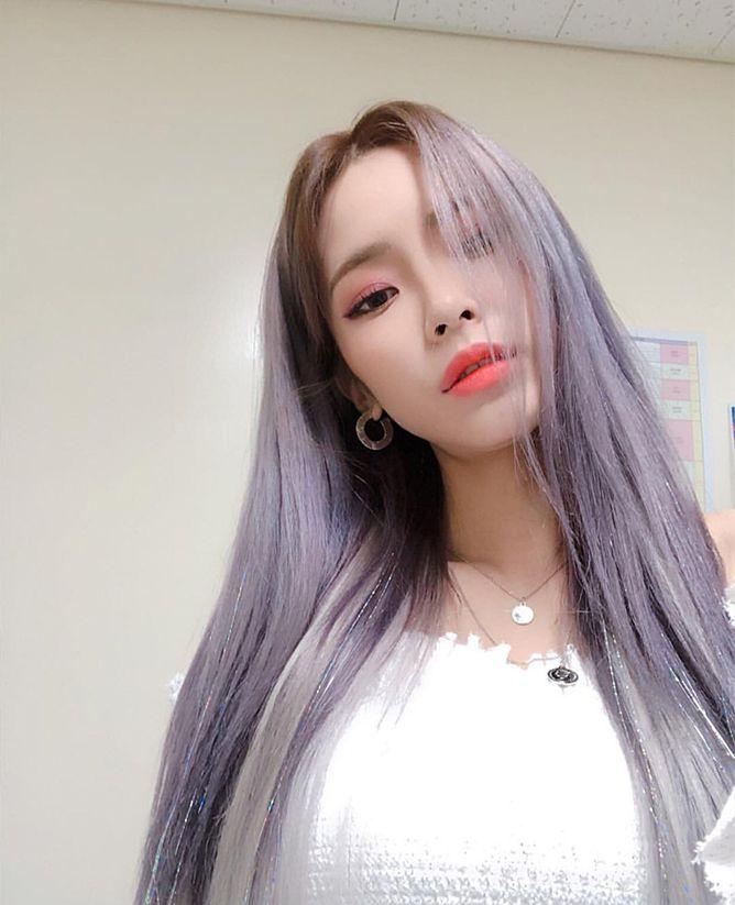 Here S The 90s Hair Trend K Pop Stars Are Loving Right Now Teenage Magazine Kpop Hair Color Kpop Hair Hair Clips