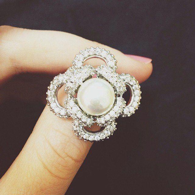 Серебряные кольца с жемчугом  Хотите подчеркнуть свою женственность, изысканный вкус, чувственность красивыми аксессуарами? Идеальные украшения для этой цели ‒ серебряные кольца с жемчугом. Они смотрятся утонченно на хрупкой женской руке, подходят и на каждый день, и для торжественного случая. Нежный дизайн серебряного кольца с жемчугом удачно дополнит элегантность и романтичность наряда.   Купить серебряное кольцо с жемчугом: https://www.magicgold.ru/catalog/ring-silver-pearl/