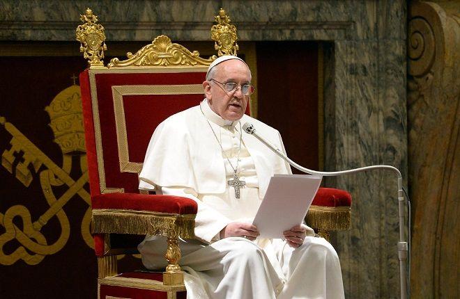 """Il Papa ammonisce: """"il clericalismo danneggia la Chiesa. Vescovi non siano principi né burocrati"""""""