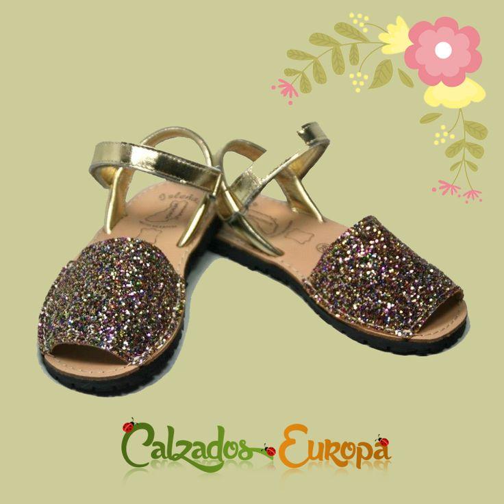 Para que tu peque pueda brillar, aquí tienes unas Menorquinas Glitter doradas con Velcro, disponibles en nuestra tienda online desde 25,50€.  👉 COMPRA en:https://www.calzadoseuropa.es/menorquinas/menorquina-en-glitter-oro-y-velcro-51527.html