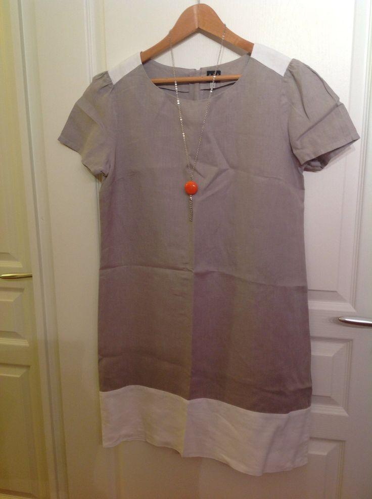 Robe Color block en lin écru et beige, de chez 1 2 3. Je l'aime beaucoup car c'est un cadeau d'une copine. Je l'ai depuis 3 ans.Très agréable a porter l'été, au bureau, avec des sandales.