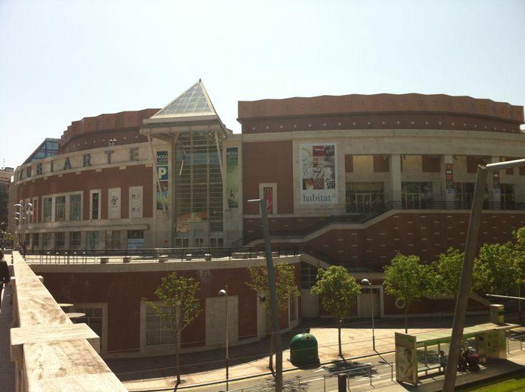 El Centro Comercial Zubiarte, en el centro de Bilbao, une el diseño exclusivo y una arquitectura de vanguardia, con más de 75 tiendas de moda, complementos, deporte, hogar, perfumerías... Cuenta además, con 8 salas de cines, un supermercado y una amplia oferta gastronómica. Zubiarte está situado junto al puente de Deusto, entre El Museo Guggenheim y el Palacio Euskalduna, y dispone de un amplio parking gratis con tus compras.
