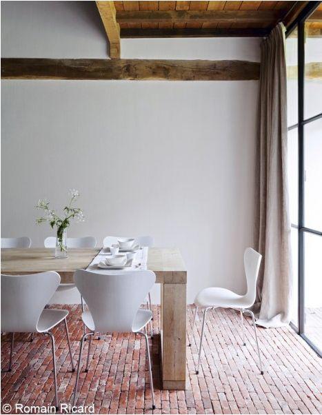 bakstenen vloer in combinatie met strakke muur en veel lichtinval