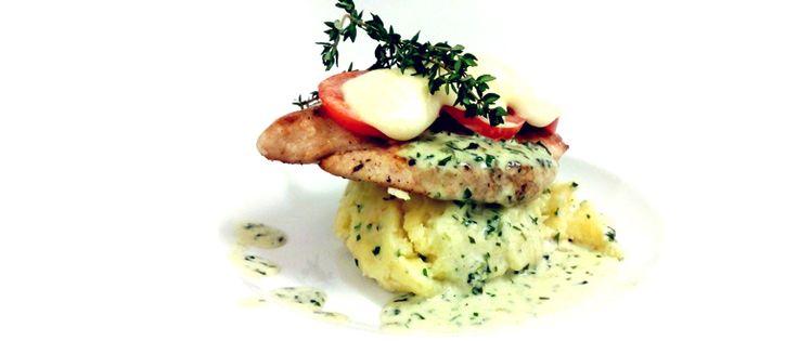 Kuřecí steak caprese se šťouchaným bramborem a bylinkovou omáčkou   #ukastanujarov http://www.ukastanu.cz/jarov