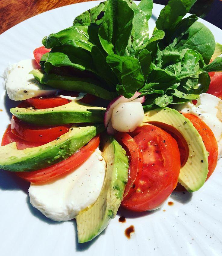 Sana op vakantie #gezondgenieten #healthyfoodie #saladetricolore #tomato…