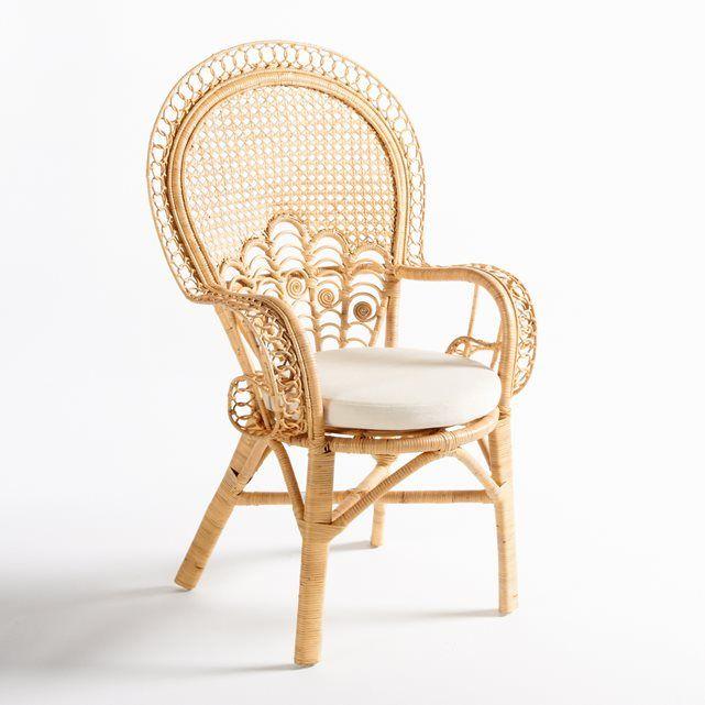 A cadeira com braços em rotim, Malu. Confortável e elegante, a cadeira com braços Malu é uma peça indispensável no jardim, que fica sempre bem num terraço, ou numa varanda. Caraterísticas da cadeira com braços de jardim Malu:Estrutura em cana de rotim natural.Assento e encosto com motivo em rotim entrançado à mão.Almofada do assento redonda Ø43 cm.Capa 100% algodão, cor cru.Enchimento em espuma de poliuretano.Encontre o conjunto de mobiliário de jardim Malu em laredoute.pt.Dimensões da…