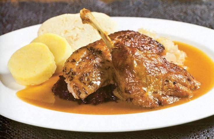 Pečená kačka so zemiakovými knedľami a s kapustou   Recepty.sk