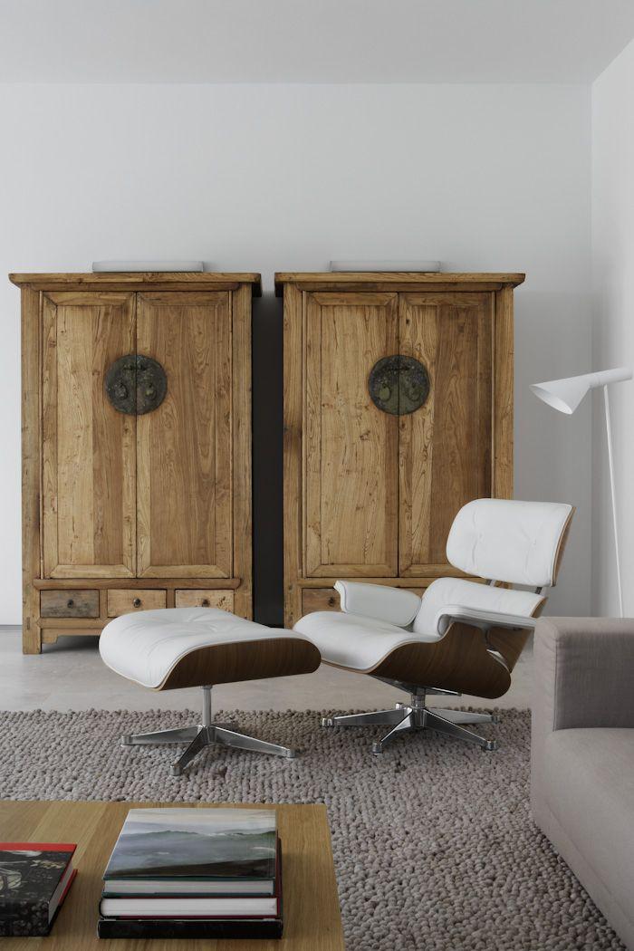 Chinese bruidskasten in naturel hout combineren mooi met de witte Eames stoel: