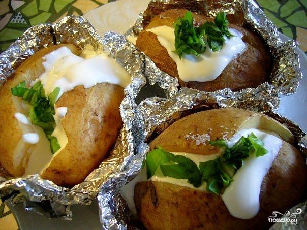Если жареная картошка для вас слишком калорийна, а вареная уже поднадоела, то вам стоит узнать, как приготовить картофель, запеченный в фольге - легкий, полезный и очень вкусный гарнир для всей семьи!