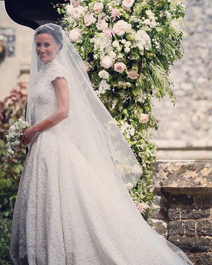 20日に式を挙げられた #キャサリン妃 の妹の #ピッパ・ミドルトンさんの素敵なウェディングドレス姿です����総レースが綺麗な #ハイネック のデザインがゴージャスでクラシックな印象に���� #weddings #ウェディングフォト #ロケフォト#結婚写真#卒花嫁#挙式レポ#プレ花嫁卒業#ウェディングレポ#卒花 #instawedding #weddingdresses #weddinggownes #bridalgown#prewedding#ベール#ウェディングベール#ブライダルベール#結婚式演出#bridalgown#weddinggown#フラワーガール#flowergirl#flowergirls#ハイネックドレス#袖付きドレス#レースドレス#ブライダルブーケ#ブーケ http://gelinshop.com/ipost/1519212092208199894/?code=BUVU1lGjDjW