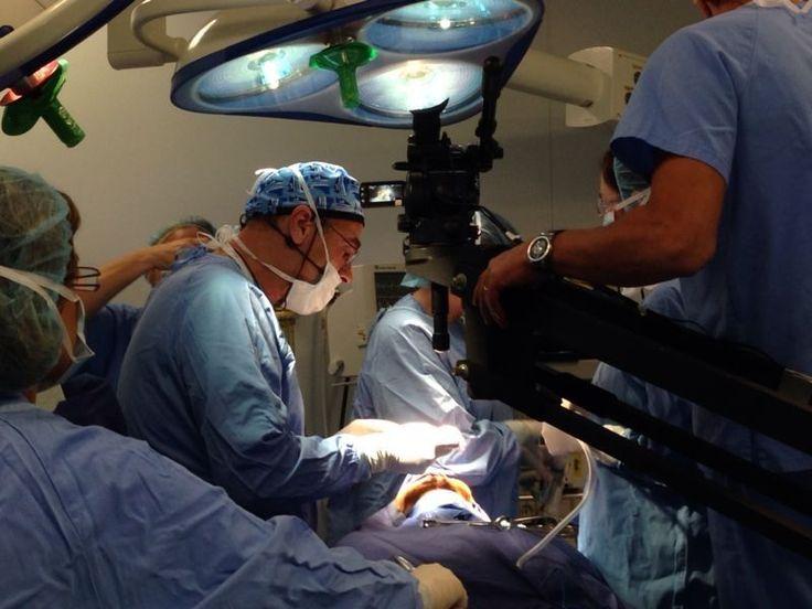Más de 250 profesionales de toda España de la #cirugía #maxilofacial y la #odontoestomatología, siguieron la retransmisión de la cirugía en directo realizada por el Dr. #Davó y su equipo, en el Hotel Asia Garden de #Benidorm.