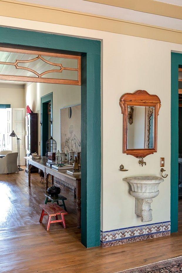 No corredor, um lavabo improvisado e rústico traz charme à morada.  Fotografia…