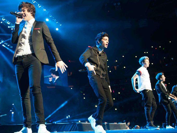 Amamos a One Direction y ahora más, luego de que el grupo ayudó a un chico a proponerle matrimonio a su novia ¡en pleno concierto! El cupido fue nada más y nada menos que Harry Styles.