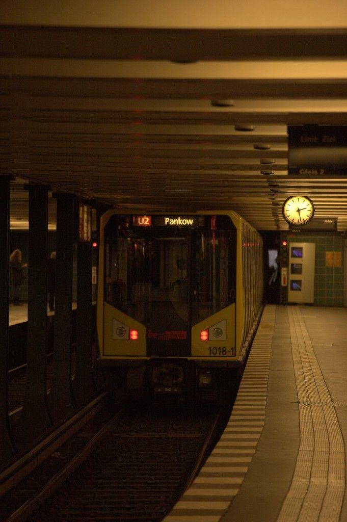 Auch wenn um 14:27 Uhr noch kein rush hour ist, vom Theo (Theodor Heuss Platz) zum Wittenbergplatz kommt man am schnellsten mit der U2. Ein Zug der Linie U2 am Wittenbergplatz  am 10.01.2014