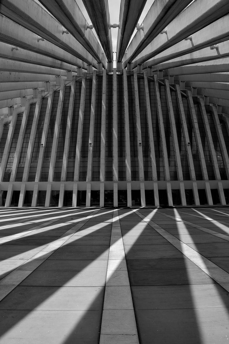 https://flic.kr/p/oh9oX1   Juego de líneas y luces.   El Palacio de Exposiciones y Congresos Ciudad de Oviedo, obra de Santigo Calatrava. Sal del auto semana 2.Exposición manual, medición puntual.