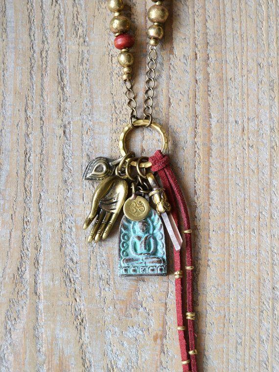 Buddha Amulett Halskette Kristall zeigen, Halskette, Böhmisch, Zigeuner, Yoga Schmuck, Boho Schmuck Dieser wunderschön Hand gearbeitete Amulett Halskette ist Teil meiner Serie Segen und es ist ein großes Geschenk für diese besondere Person in Ihrem Leben als Heilige Schmuck und schützenden Talisman auf ihrem spirituellen Weg. Es ist mit einer schönen Kombination aus spirituellen Schätze gemacht; Messing begrenzt Kristall Punkt, Grünspan Buddha Amulett aus Thailand, Messing Mudra Hand aus…