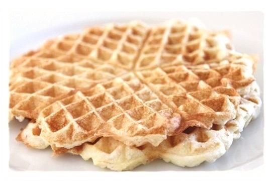 Oppskrift:  2 store egg  1 ss mager kesam  30g vaniljeprotein  20g sesam-mel  3 ss sukrin gold  en klype kardemomme  litt melk til riktig konsistens